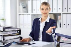 现代女商人或确信的女性会计提供的帮手 免版税库存照片