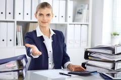 现代女商人或确信的女性会计提供的帮手 库存图片