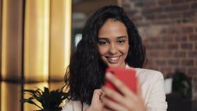 现代女商人谈话在电话有交谈通过视频聊天会议在舒适咖啡馆 女商人使用 影视素材
