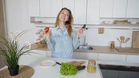 现代女孩从准备沙拉和sm的哪棵菜选择 免版税库存照片