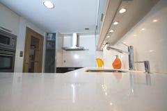 现代奶油色的厨房 库存图片