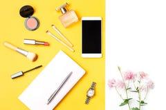 现代妇女辅助部件 美容品,智能手机,笔记本,在淡色背景的辅助部件 库存图片
