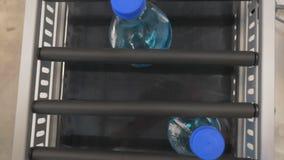 现代实验室的工作 射击从上面 烧瓶混合液体 新的药物的发展 股票录像