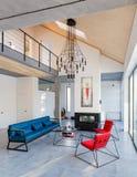 现代客厅,冷杉内部有大全景窗口的 库存照片