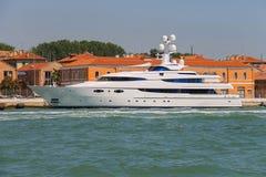 现代客船在威尼斯附近的亚得里亚海 免版税库存图片