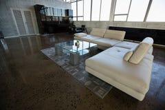 现代家具在空的办公室 免版税库存照片