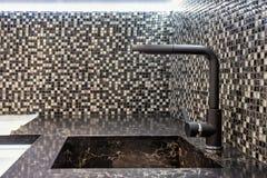 现代家具的厨房 从一块自然石头的水槽 库存照片