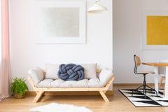 现代家具的时髦安排 免版税库存图片