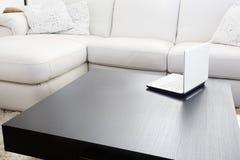 现代家具的膝上型计算机 免版税库存照片