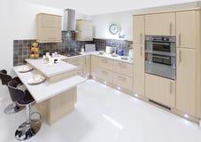 现代家庭内部的厨房 免版税库存照片