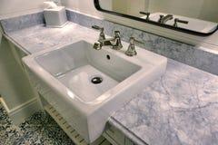 现代家庭卫生间水槽 免版税库存图片