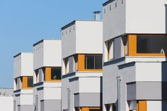 现代居住区有晴朗的天空蔚蓝背景 图库摄影