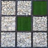 现代岩石墙壁艺术、块和人为草 库存图片