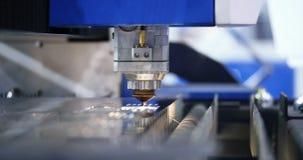 现代工业机器人学焊接激光切开了工具 金属工作 影视素材