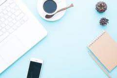现代工作区顶上的看法与膝上型计算机和移动设备的 在网上和在淡色的企业营销 免版税图库摄影