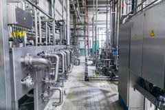 现代工厂内部 与阀门,并且,测压器,开关盒的不锈钢管道 免版税库存照片