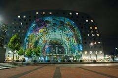 现代市场霍尔在鹿特丹在晚上 库存图片