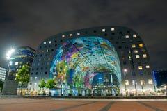 现代市场霍尔在鹿特丹在晚上 免版税图库摄影