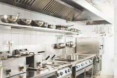 现代干净的餐馆厨房 库存照片