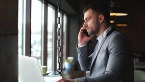 现代年轻事务有电话在咖啡休息期间 股票录像