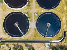 现代废水处理植物,从寄生虫,沉积作用排水设备坦克圆的形式的顶视图 免版税库存照片