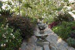 现代庭院小河 库存图片