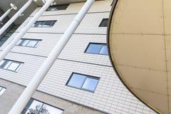 现代建筑与外部金属和金属支撑梁的结构教育适应大厦 免版税库存图片