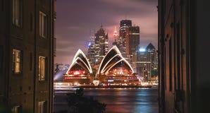 现代建筑地标的明亮的照明歌剧h 图库摄影
