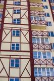现代建筑学公寓的与窗口的墙壁门面 免版税库存照片