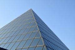 现代建筑学和新的几何线在都市landsca 免版税库存图片