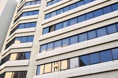 现代建筑学和新的几何线在都市landsca 免版税库存照片