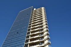 现代建筑学和新的几何线在都市landsca 库存照片
