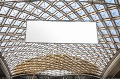 现代建筑学屋顶结构和空白的广告牌 免版税图库摄影