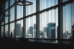 现代建筑学钢大梁金属b玻璃门面  库存照片