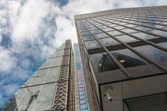现代建筑风格的商业摩天大楼在城市  库存照片