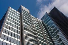现代建筑风格的商业摩天大楼在L城市 库存照片