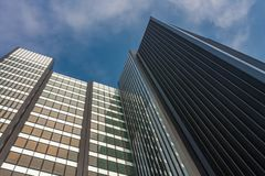 现代建筑风格的商业摩天大楼在L城市 免版税库存图片