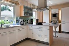 现代房子内部的厨房 库存图片