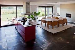 现代房子内部的厨房 免版税库存图片