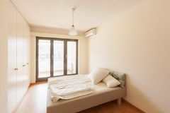 现代房子内部,卧室 免版税库存图片