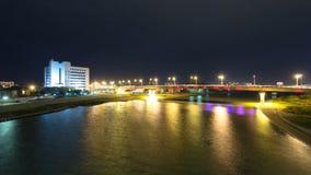现代房子和有启发性桥梁在河沿乌拉尔在城市阿特劳timelapse hyperlapse 股票录像