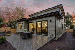 现代房子外部与甲板在日落 免版税库存图片