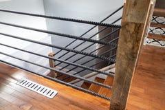 现代房子楼梯和扶手栏杆 免版税库存照片