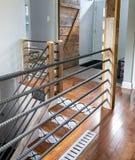 现代房子楼梯和扶手栏杆 免版税库存图片