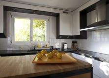 现代房子的厨房 图库摄影