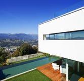 现代房子,有水池的 库存图片