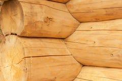 现代手制的自然原木小屋墙壁门面框架纹理 土气日志墙壁方木背景 免版税库存照片
