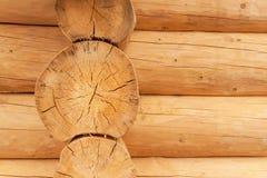 现代手制的自然原木小屋墙壁门面框架纹理 土气日志墙壁方木背景 免版税图库摄影