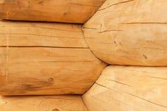 现代手制的自然原木小屋墙壁门面框架纹理 土气日志墙壁方木背景 库存图片