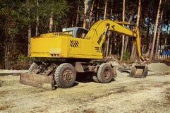 现代挖掘机进行在建造场所的挖掘工作 免版税库存照片